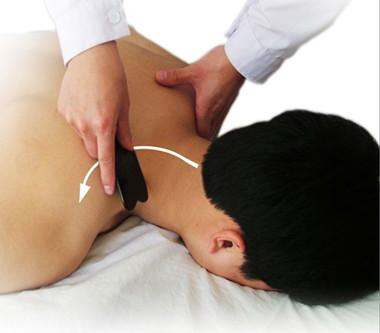 背部刮痧的手法 疏通经络驱邪散热